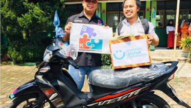 Photo of Cerita di Balik Video Viral Guru Honorer Mendapat Hadiah Motor dan Sepatu